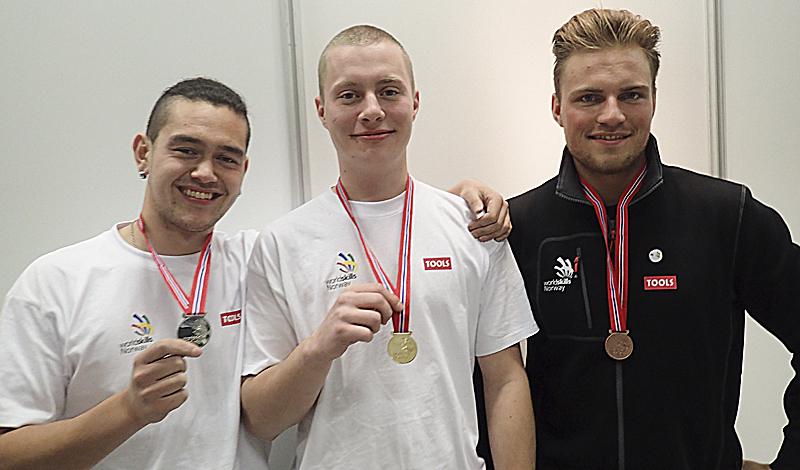Nybakt norgesmester Terje Harrig Nielsen flankert av sølvmedaljevinner Vincent Dakay Henriksen (t.v.) og bronsjevinner Jostein Hella.